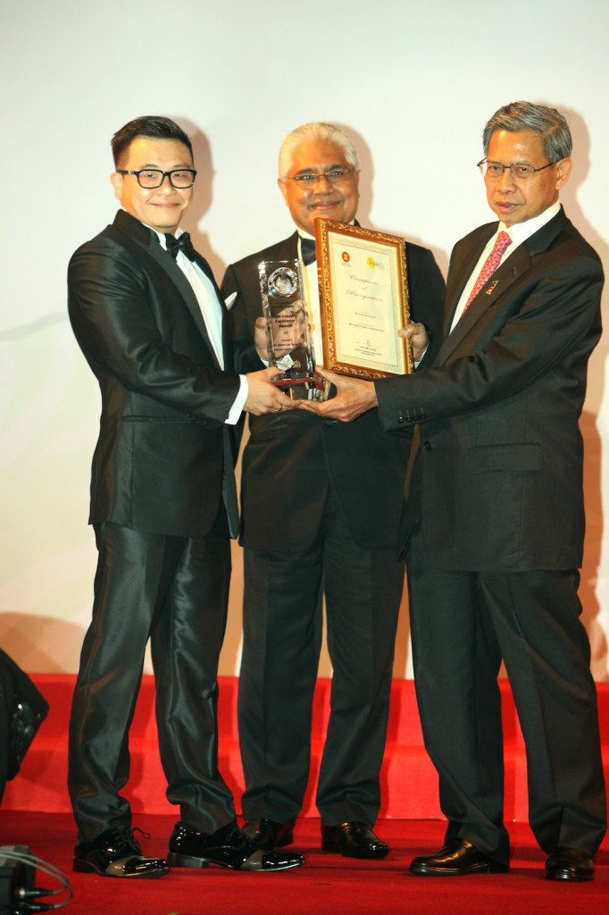 Minister of International Trade and Industry Malaysia, Dato' Seri Mustapa Mohamad , presenting the Malaysian Business Award to Yanzer Lee
